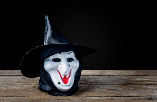 Лучшие костюмы на Хэллоуин. Подойдёт любая чёрная маска или силиконовая маска ведьмы.