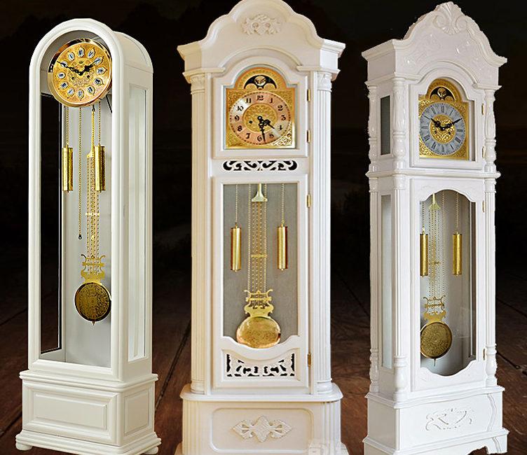 Белые напольные часы в интерьере